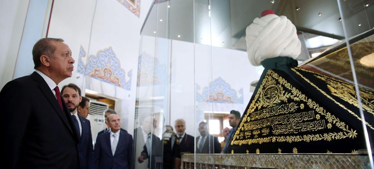 Le président Recep Tayyip Erdogan, lundi, à Istanbul, au lendemain de sa victoire au référendum, devant la tombe de Yavuz Sultan Selim (1512-1520), connu pour ses campagnes militaires et sa répression sanglante des Alevis.