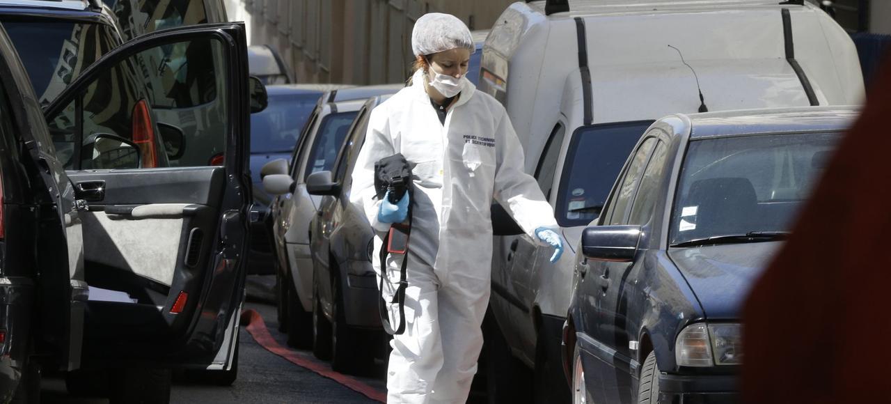 Un membre de la police judiciaire enquête sur les lieux où l'attentat terroriste a été déjoué, mardi à Marseille.