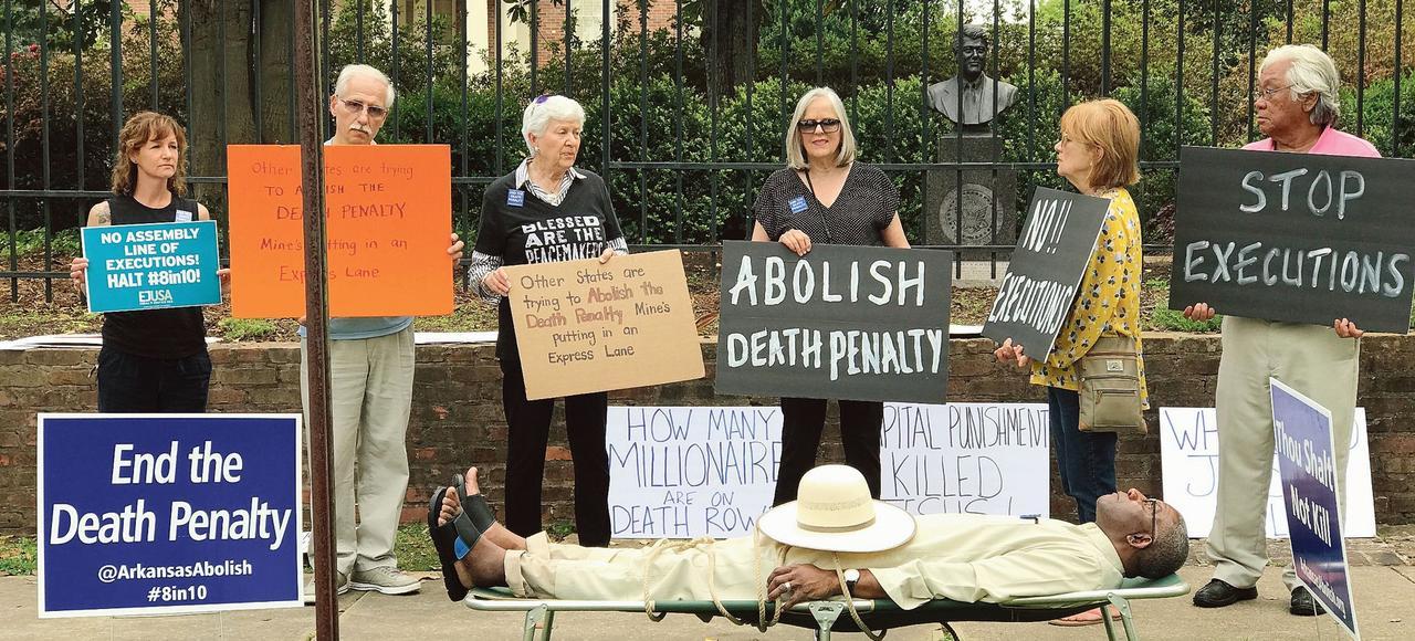 Des partisans de l'abolition de la peine de mort protestent devant la maison du gouverneur de l'Arkansas, Asa Hutchinson, samedi à Little Rock.