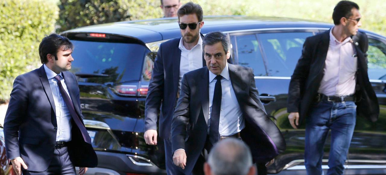 François Fillon, jeudi lors de son arrivée au Centre spacial de Toulouse, encadrépar son service de sécurité.