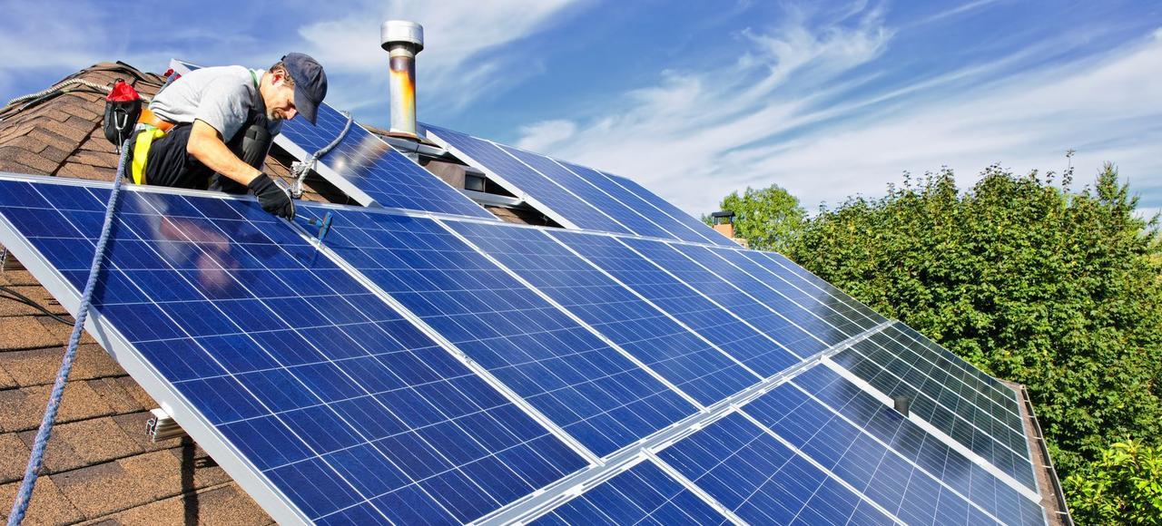 À l'heure actuelle, plus de 350.000 installations domestiques   pour l'essentiel photovoltaïques   sont reliées au réseau de distribution: cette production n'est pas autoconsommée mais directement injectée sur les lignes d'Enedis.