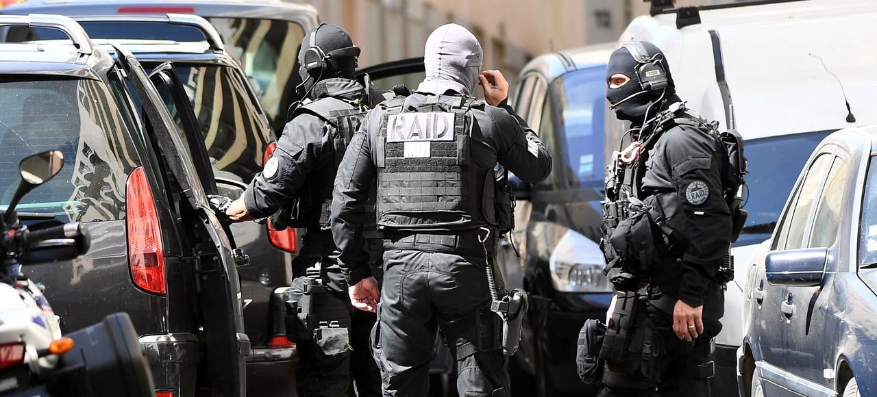 Des membres du Raid quittent les lieux après l'arrestation de l'un des deux suspects de l'attentat déjoué, mardi à Marseille.
