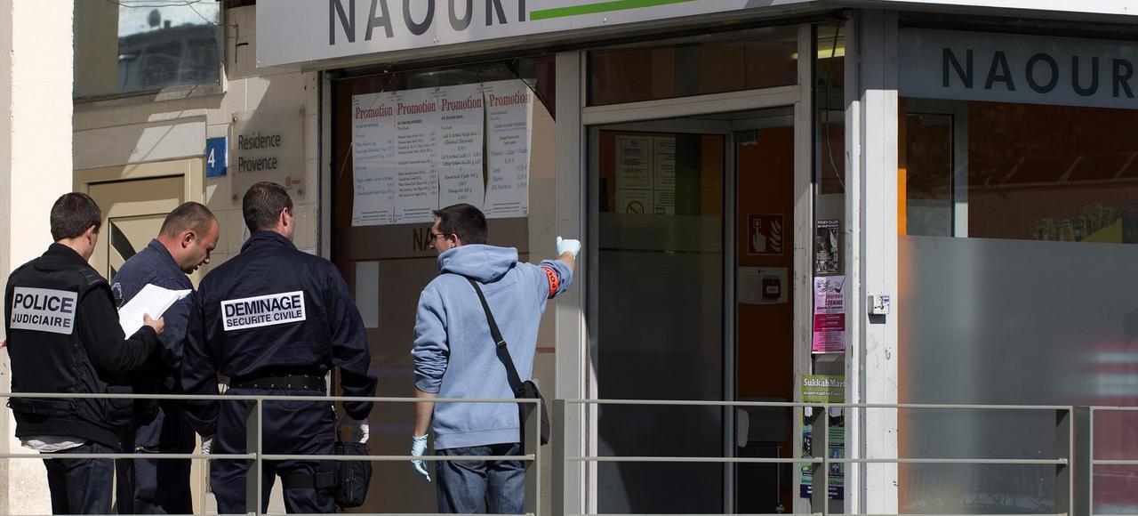 La police investit l'épicerie kasher de Sarcelles, après l'attaque à la grenade, en septembre2012.
