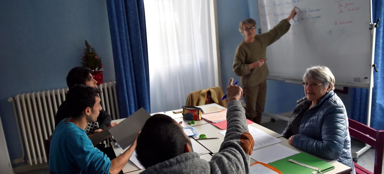 Des migrants afghans prennent un cours de français avec des volontaires au centre d'accueil et d'orientation de Saint-Brevin, le 4 janvier.