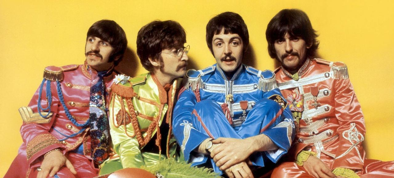 Ringo Starr, John Lennon, Paul McCartney et George Harrison posent pour l'album <i>Sgt. Pepper's Lonely Hearts Club Band</i>, en 1967.