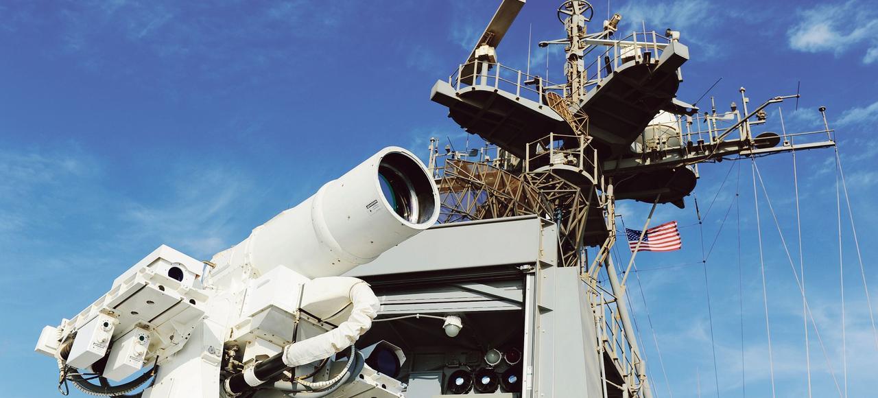 Système d'arme Laser installé à bord du croiseur américain USS Ponce, lors d'une démonstration opérationnelle, dans le golfe Arabo-Persique, en novembre 2014.