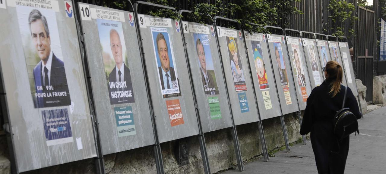 Les panneaux électoraux pour l'élection présidentielle dans une rue à Paris.