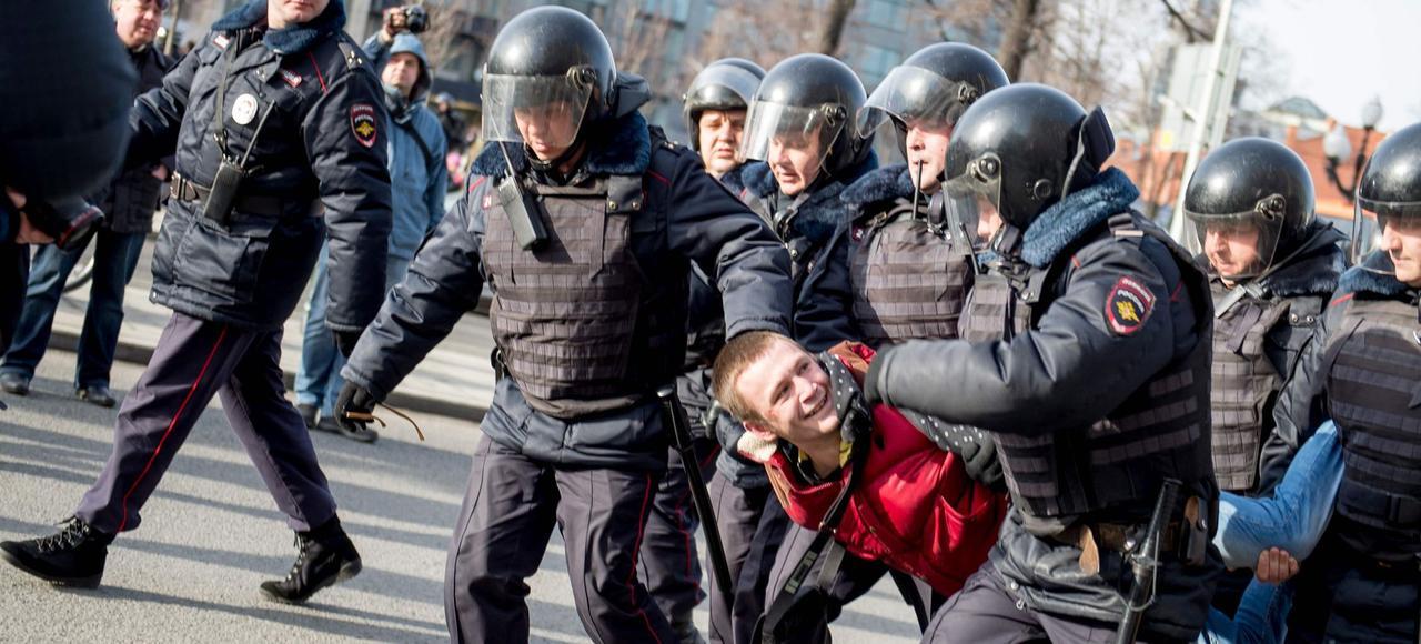 Arrestation d'un opposant par la police russe lors des manifestations anticorruption du 26mars à Moscou.