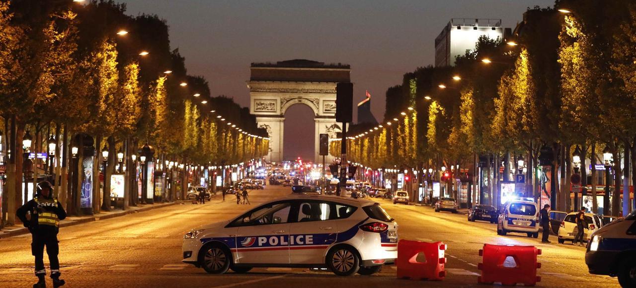 La police a sécurisé les Champs-Élysées, jeudi dans la soirée, après l'attaque terroriste ayant coûté la vie à un policier.