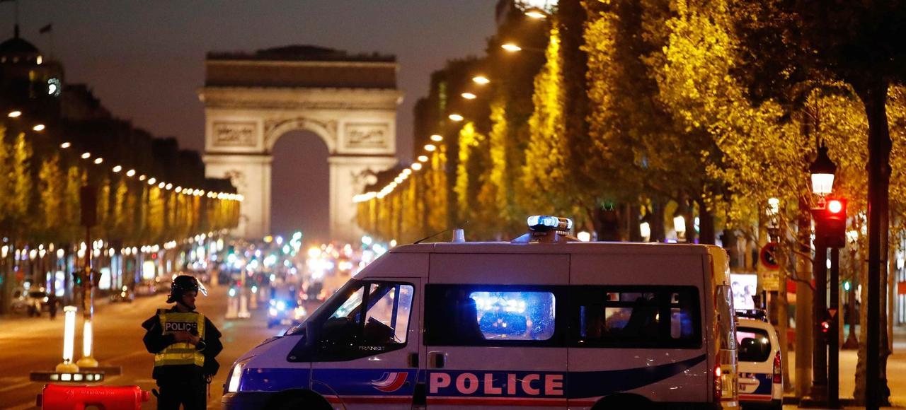 La police sécurise l'avenue des Champs-Élysées, après l'attaque survenue dans la soirée du 20 avril.