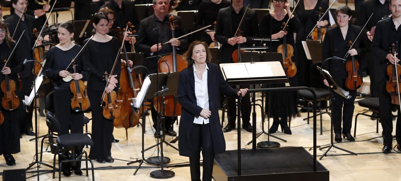 Laurence Equilbey accueille le public lors d'une répétition de l'orchestre Insula, le 20 avril 2017, à l'auditorium du centre culturel et musical de Seine Musicale.