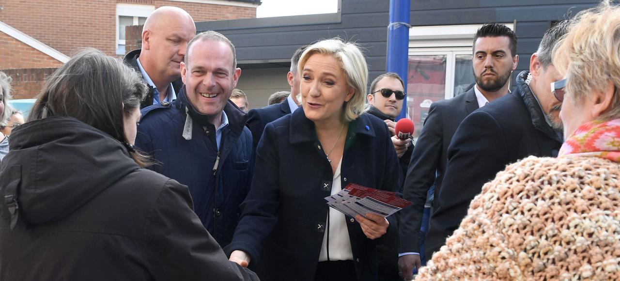 Marine Le Pen, ici lundi en compagnie du vice-président du FN, Steeve Briois, est allée à la rencontre des habitants de Rouvroy, à proximité d'Hénin-Beaumont dans le nord de la France.