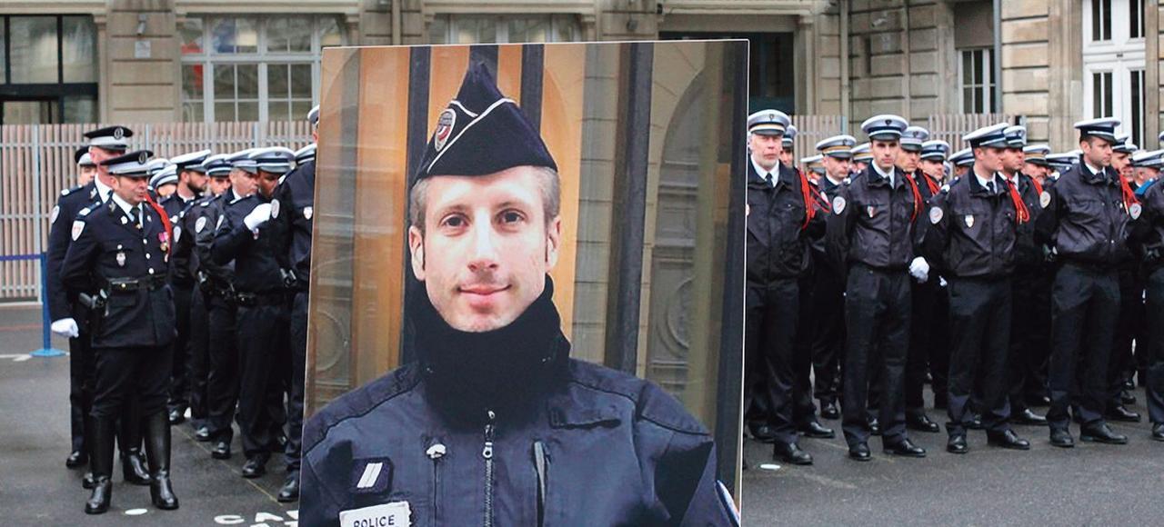 Le portrait de Xavier Jugelé, mardi, dans la cour de la Préfecture de Police de Paris.