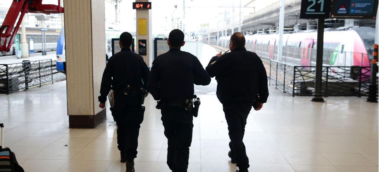 Une patrouille de police à la gare du Nord à Paris.