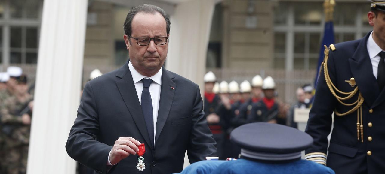 François Hollande décore à titre posthume le policier Xavier Jugelé, mardi, lors d'une cérémonie dans la cour de la Préfecture de police de Paris.