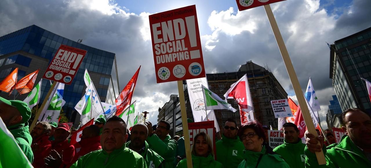 Des syndicats de transports manifestent durant la conférence de la Commission européenne, mercredi à Bruxelles.