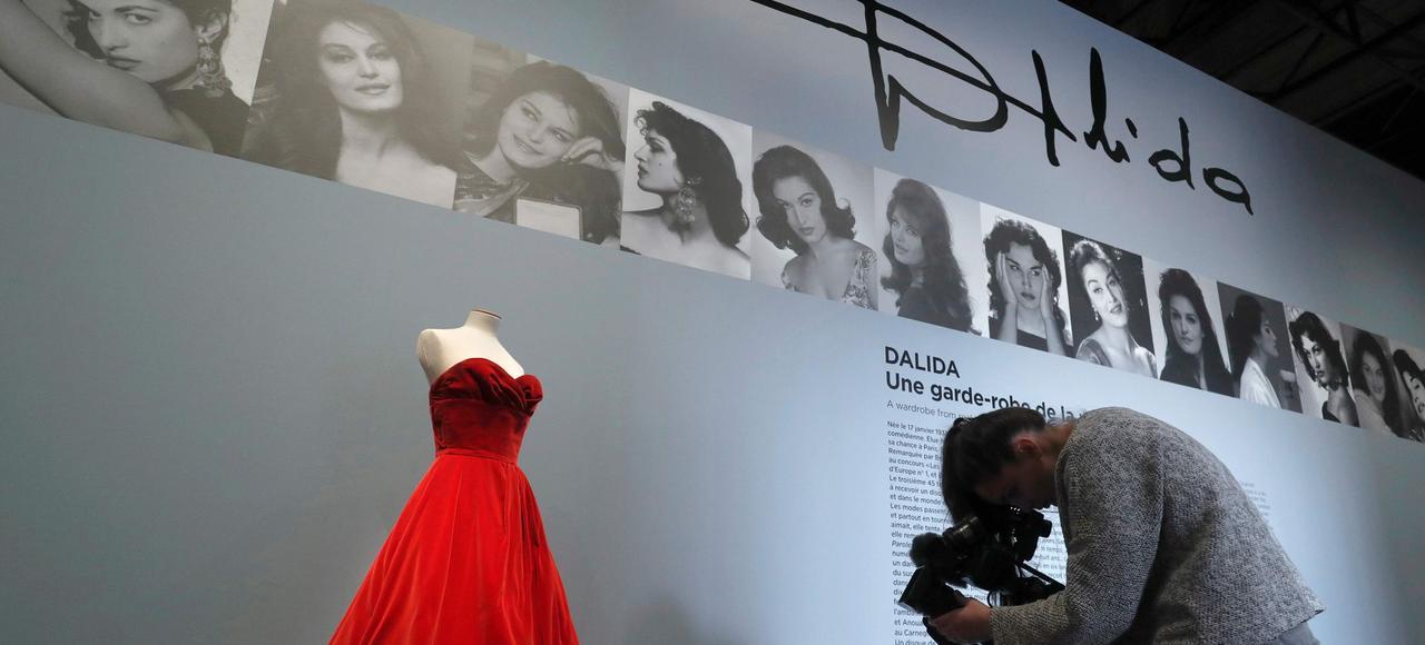 La garde-robe de Dalida est un savant mélange de pièces intemporelles épurées, vraiment élégantes, et de pièces ultra-kitsch amusantes.