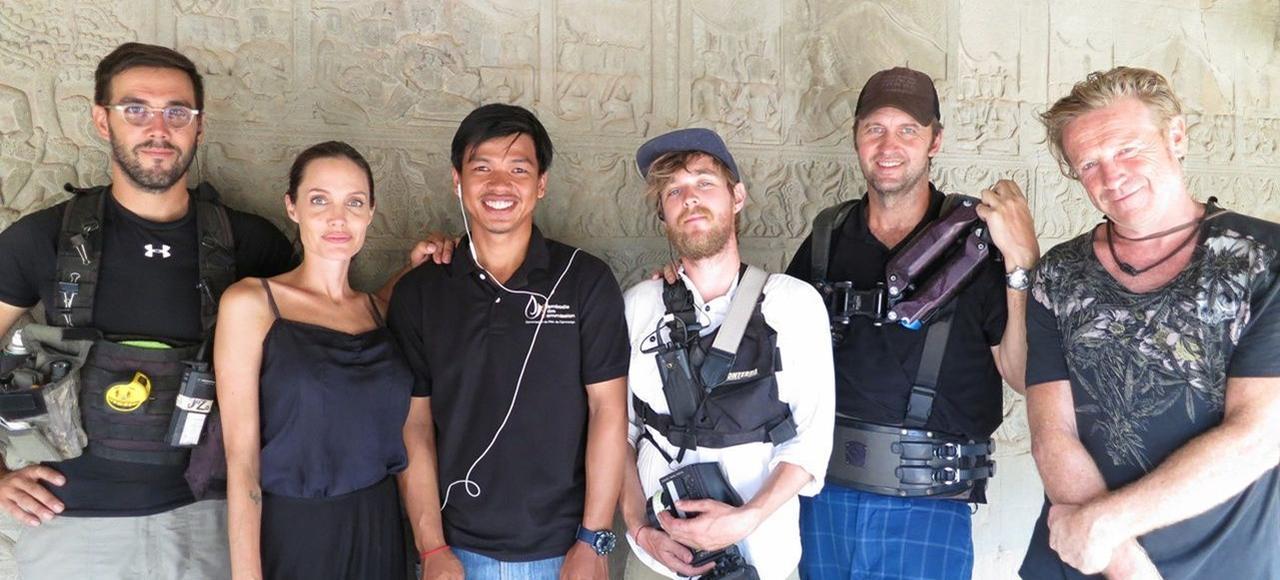 Angelina Jolie et Vann Kongkea entourés par des membres de l'équipe de tournage de <i>D'abord, ils ont tué mon père</i>.