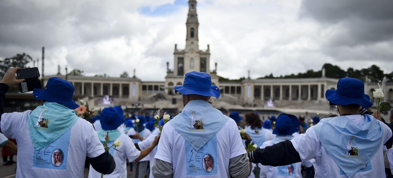 Des fidèles arrivent au sanctuaire de Notre-Dame de Fatima, mercredi au Portugal.
