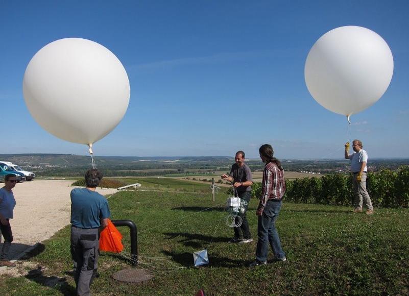 À l'aide de ballons, des universitaires de Reims effectuent des tests du détecteur de pollution destiné à être installé sur des drones.
