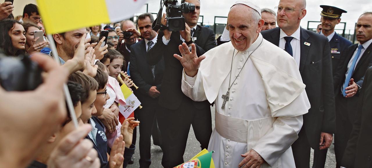 Le pape François (ci-dessus, lors de son arrivée au Portugal) va canoniser deux des trois enfants témoins des apparitions de la Vierge, à Fatima le 13 mai 1917.
