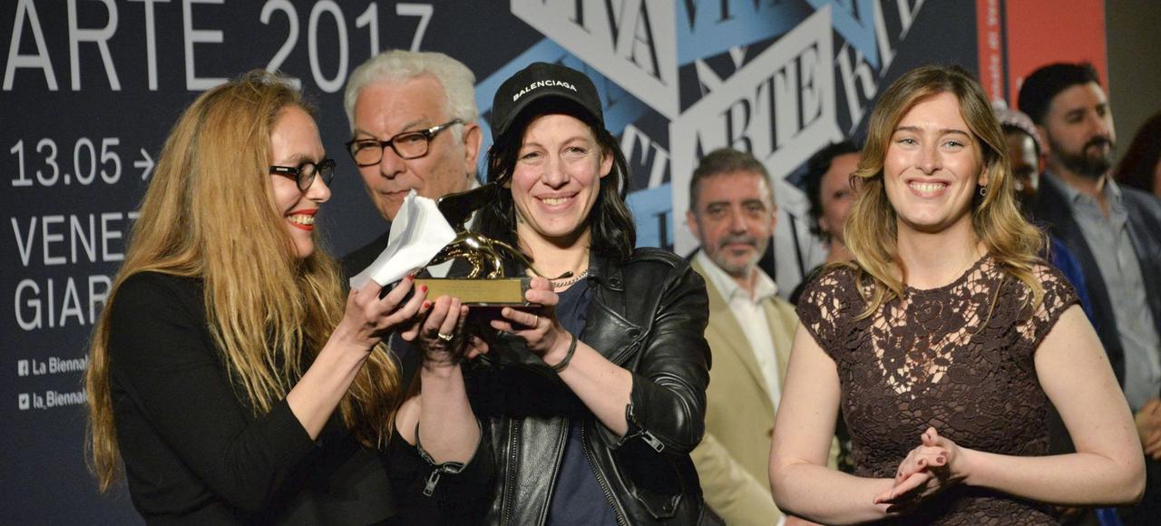 Anne Imhof (au centre), recevant le Lion d'or à Venise, samedi.