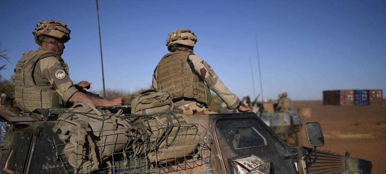 Des troupes de l'opération «Barkhane» en mission de sécurisation lors d'une visite à Gao de François Hollande en janvier 2017.
