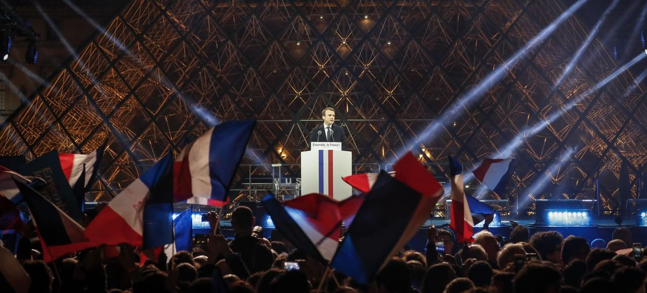 Emmanuel Macron, le 7 mai, devant la Pyramide du Louvre.