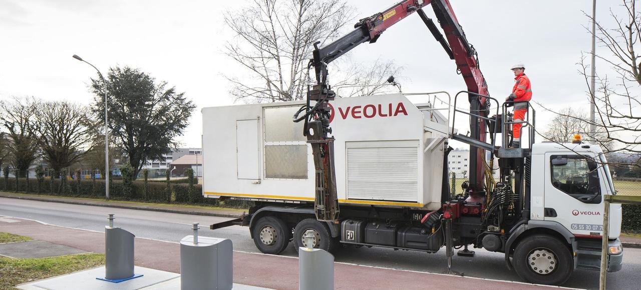 Les camions de collecte robotisée sont équipés de bras ou de pinces latérales qui saisissent les bacs à ordures et les déversent dans la benne.