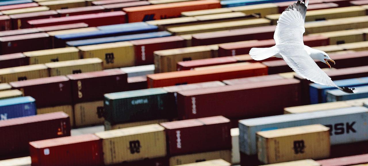 Des conteneurs entreposés sur les docks, à Fos-sur-Mer. En 2015, le solde des échanges extérieurs a été «plus dégradé qu'estimé initialement». En cause, les exportations moins importantes que ce qui avait été annoncé.