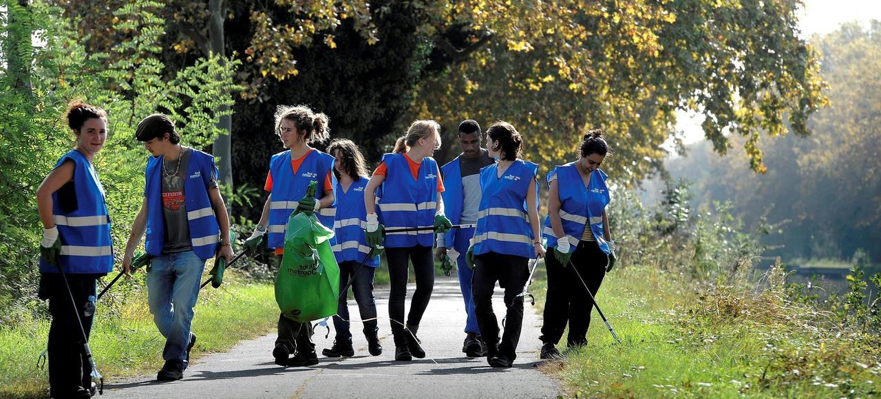 Service civique solidaire à Toulouse où huits jeunes volontaires effectuent le nettoyage des berges le long des voies d'eaux.