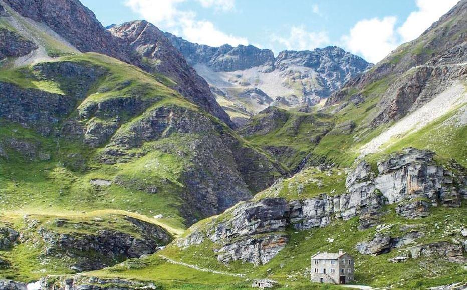 Chemin de Stevenson serpentant vers le Col de l'Iseran dans les Alpes.