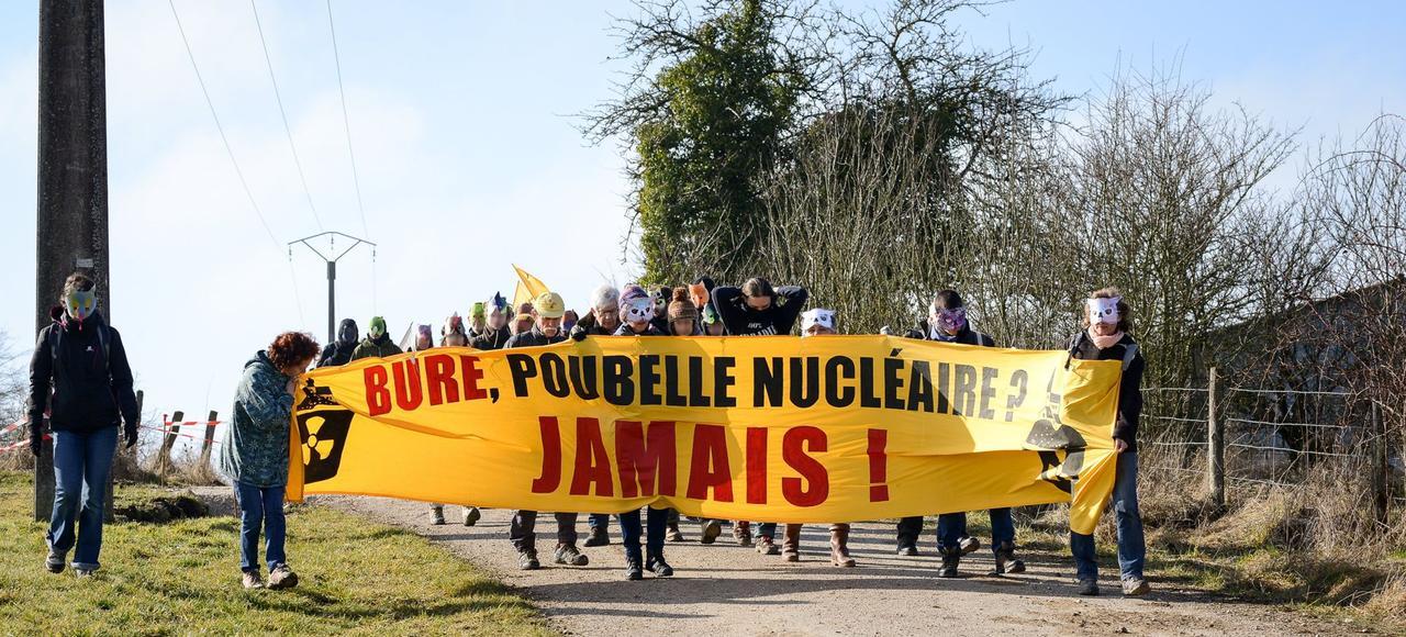 Des opposants au projet se dirigent vers le bois Lejuc, le 18 février, dans la Meuse.