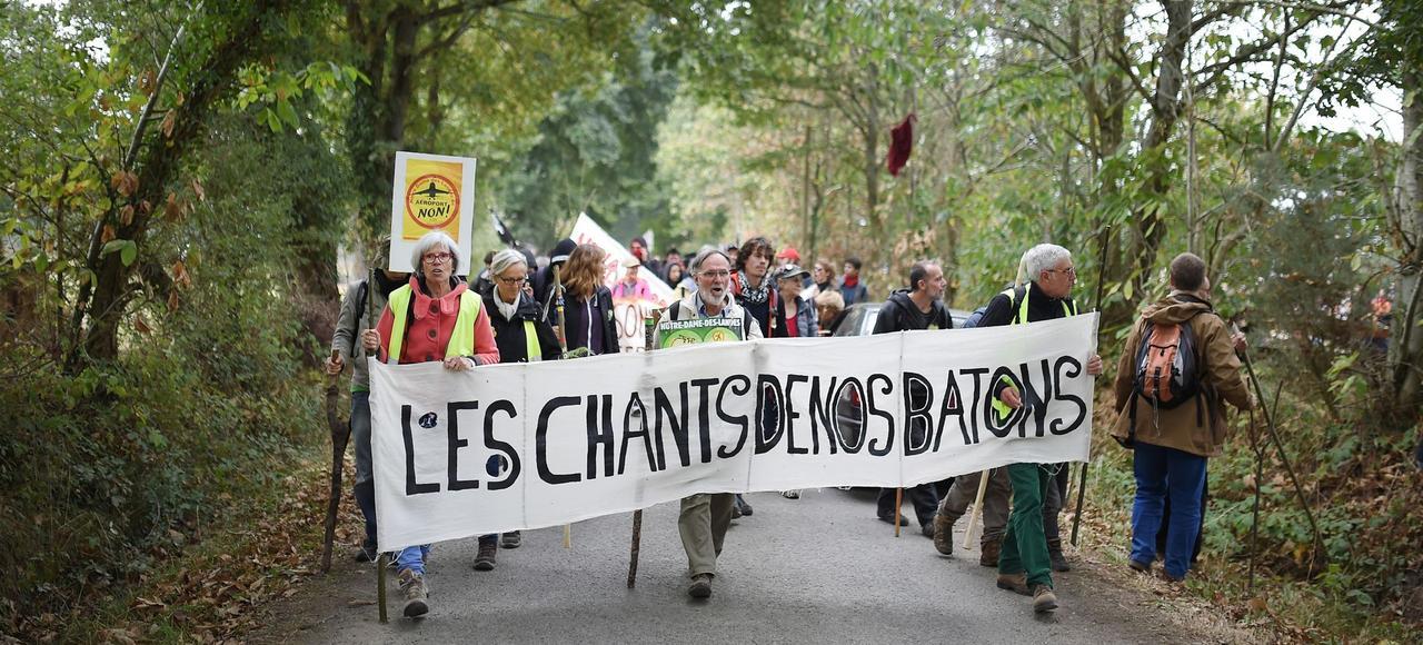 Des opposants au projet d'aéroport de Notre-Dame-des-Landes manifestent.
