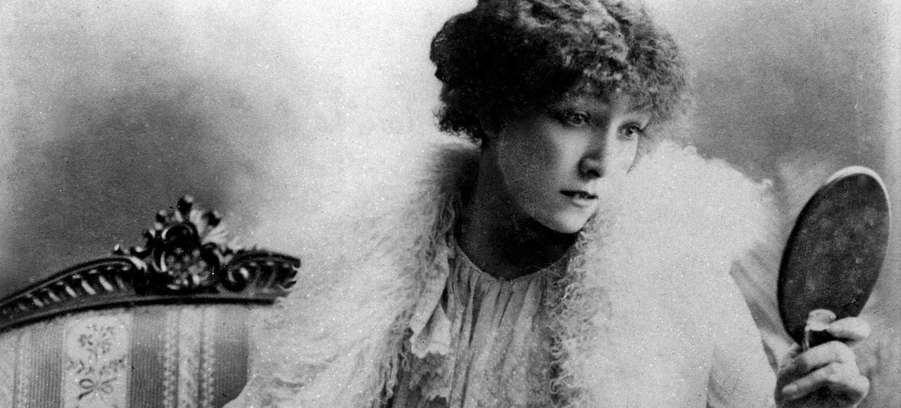 L'actrice Sarah Bernhardt joue le rôle de Marguerite Gautier dans <i>La Dame aux camélias,</i> en 1880.