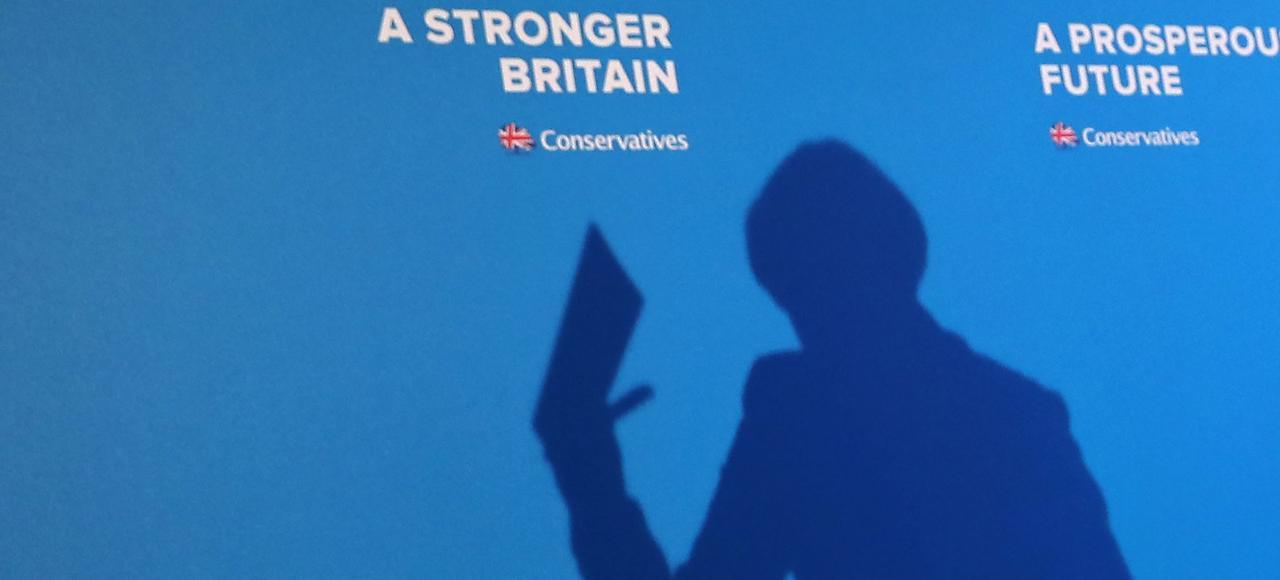 Theresa May brandit un programme qu'elle a intitulé <i>En avant ensemble</i>, en vue des législatives anticipées du 8 juin, jeudi à Halifax.