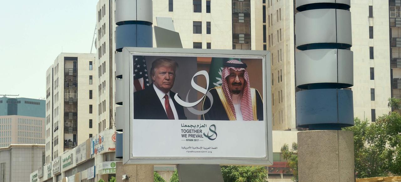 Un panneau publicitaire annonce, vendredi à Riyad, la rencontre de Donald Trump et du roi Salman avant l'arrivée du président américain dans la capitale saoudienne.