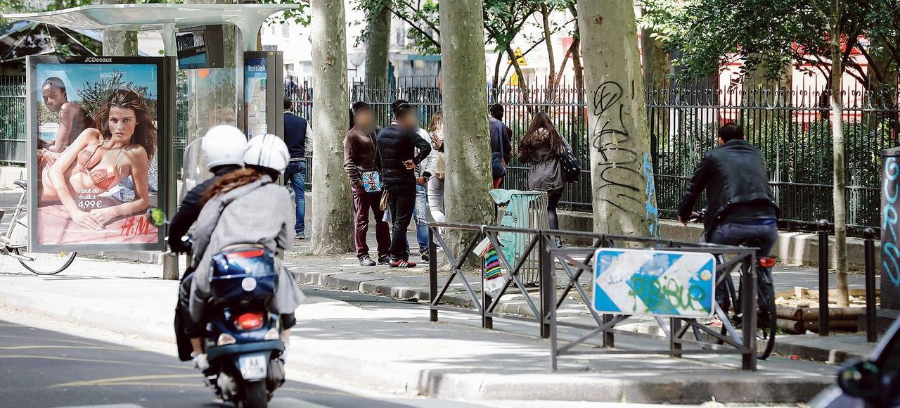 Autour du métro La Chapelle, des hommes occupent l'espace public et harcèlent les passantes.