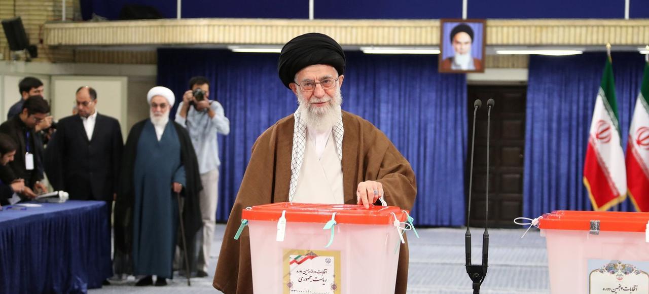 L'ayatollah Ali Khamenei vote pour le scrutin présidentiel, vendredi à Téhéran.