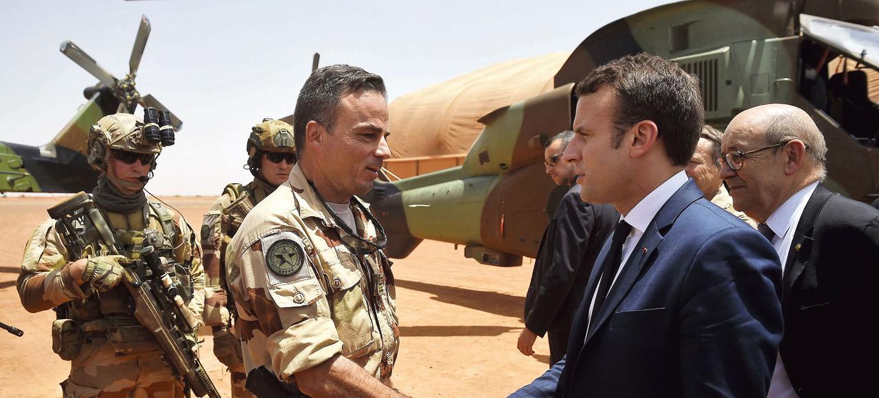 Emmanuel Macron, accompagné par le ministre des Affaires étrangères, Jean-Yves Le Drian, arrive sur la base militaire de Gao pour rencontrer les soldats de l'opération «Barkhane».