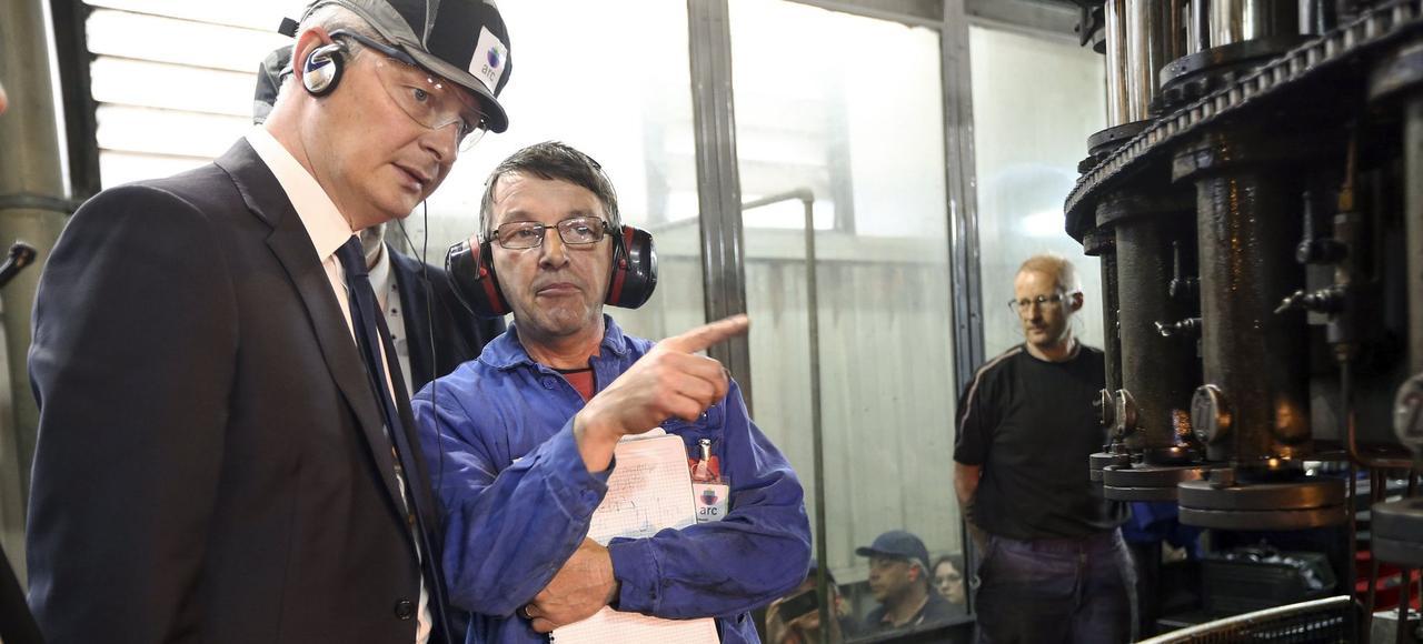 Bruno Le Maire, le ministre de l'Économie, visite une ligne de production de l'entreprise Arc International, vendredi à Arques (Pas-de-Calais).