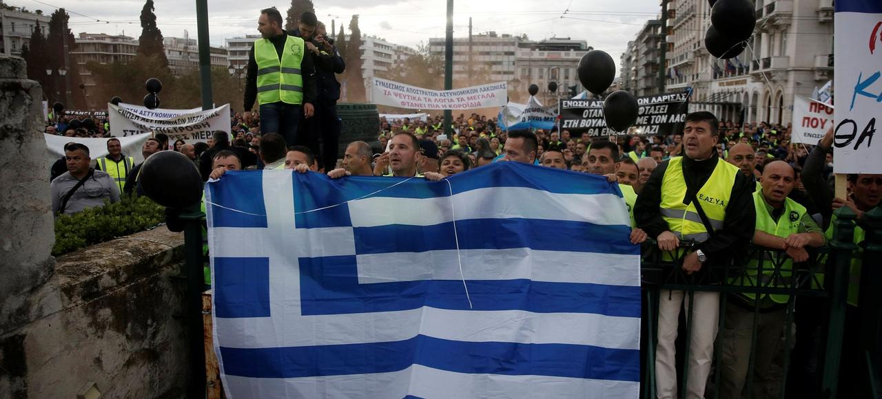 Grève générale à Athènes pour protester contre les mesures d'austérité, le 17 mai.