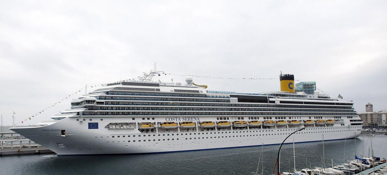 Le Costa Serena dans le port italien de Savonne. Depuis la péninsule, la compagnie assure des traversées en Méditerranée vers la Côte d'Azur et jusqu'au Maroc.