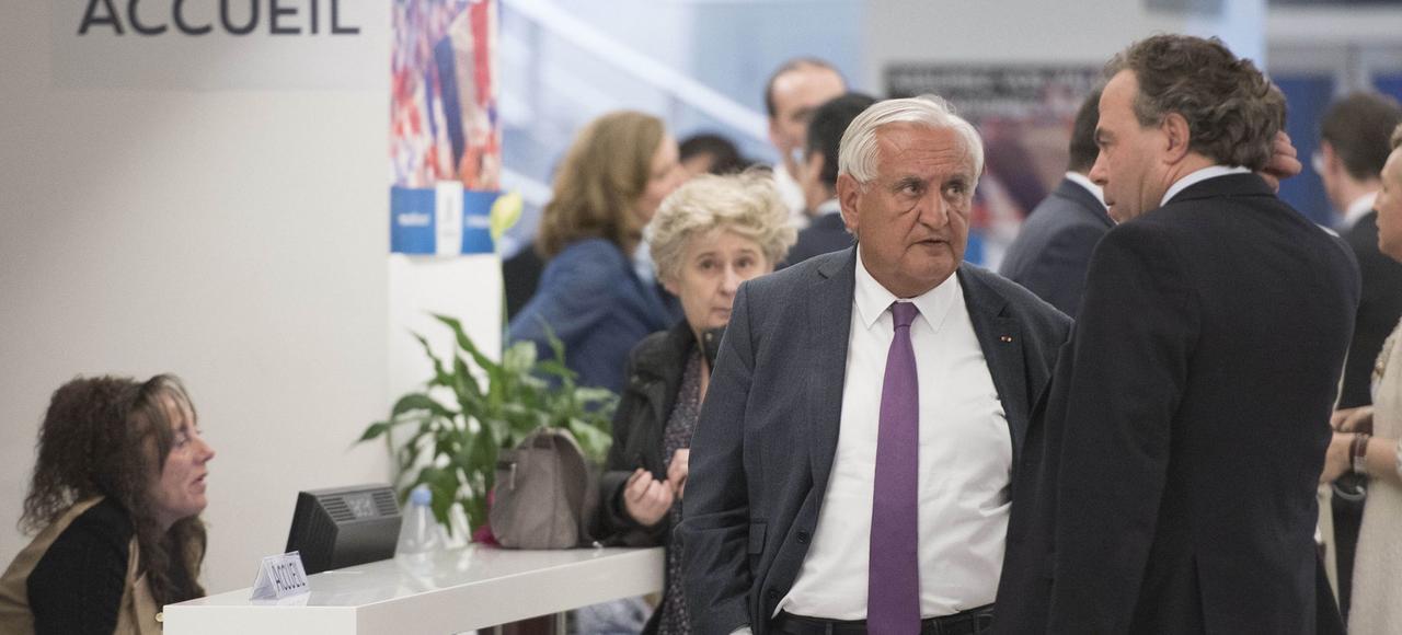 Jean-Pierre Raffarin discute avec Luc Chatel en marge d'un bureau politique LR, le 24 avril, au siège du parti.