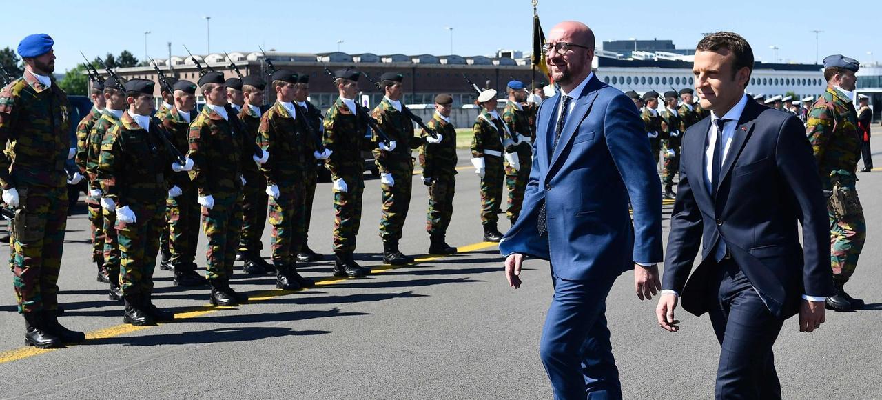 Emmanuel Macron en compagnie du premier ministre belge Charles Michel sur une base militaire belge avant leur départ pour le sommet de l'Otan en Sicile, jeudi.