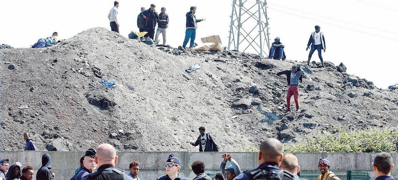Les forces de l'ordre bloquent l'accès à un point de distribution de nourriture à des migrants, jeudi à Calais
