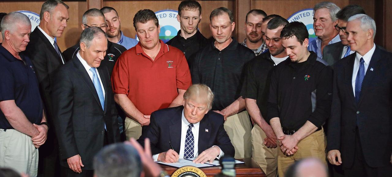 Donald Trump signe un décret abrogeant des mesures de Barack Obama sur le climat, le 28 mars dernier, à Washington.