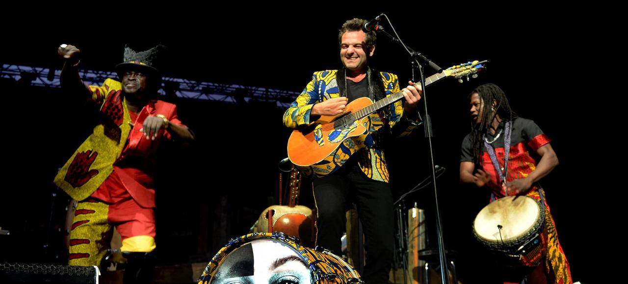 Mathieu Chedid à la guitare, avec une partie de ses invités, jeudi, lors du concert d'ouverture des Nuits de Fourvière, à Lyon