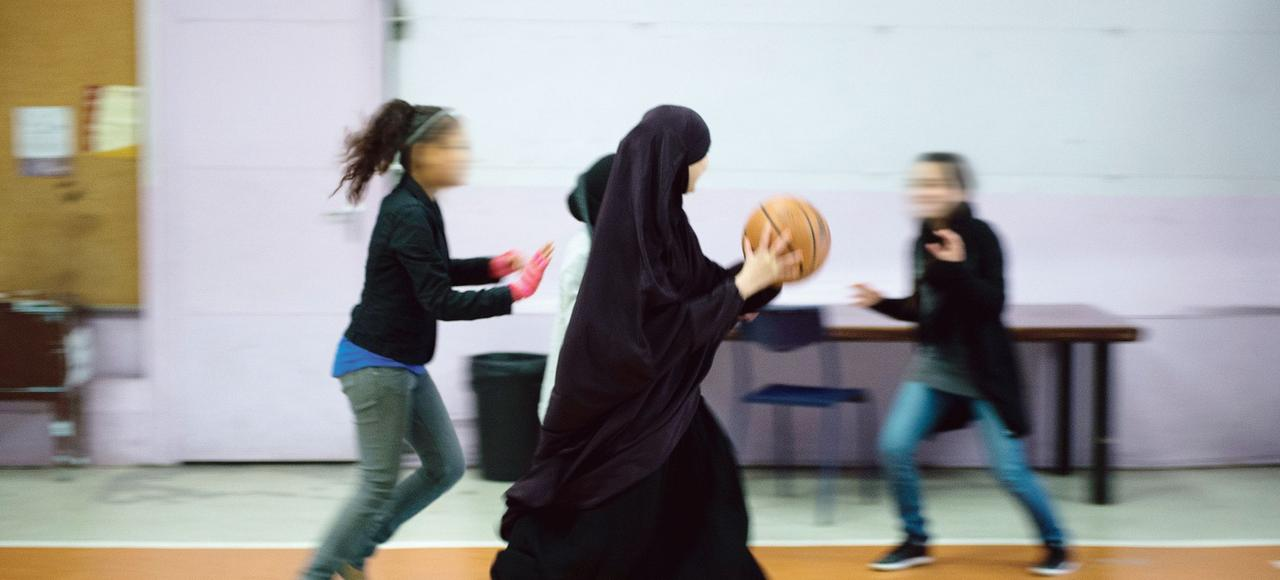 Illustration de jeunes filles jouant au basket-ball.