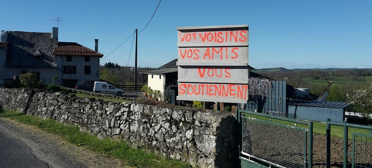 Dans le village de Lacapelle-Viescamp, les habitants affichent leur soutien au jeune agriculteur condamné par la cour d'appel à déplacer son étable.